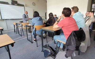 Loonsverhoging en eenmalig 880 euro voor leraren hbo 'als blijk van waardering'